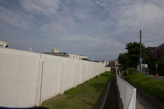 In the fence 塀の中