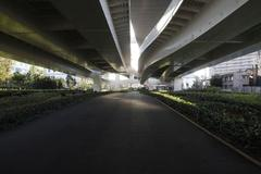 under highway 高速道路下