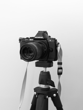 ManfrottoのCOMPACT三脚フォトキット ブラックとオリンパス OM-D E-M5