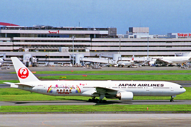 JAPAN AIRLINES B777-300 Fly to 2020 20150713 HND.jpg