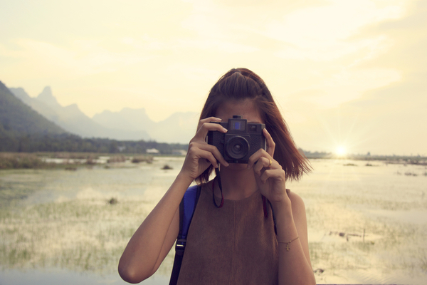 hipster-traveler-with-backpack-and-taking-photo_800.jpg