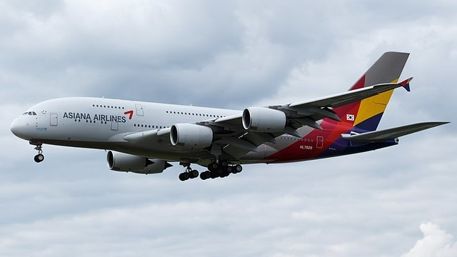 1W-A380 Asiana_Airlines(HL7626)_at_Frankfurt_Airport.jpg