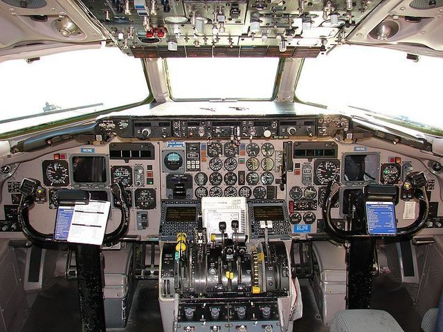 1A9  MD88 The_Flight_Deck_of_the_Maddog_(2930792642).jpg